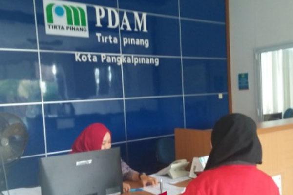 Karyawan PDAM Tirta Pinang melayani seorang pelanggan baru di Pangkalpinang, Provinsi Bangka Belitung. - Antara/Eko S. R.