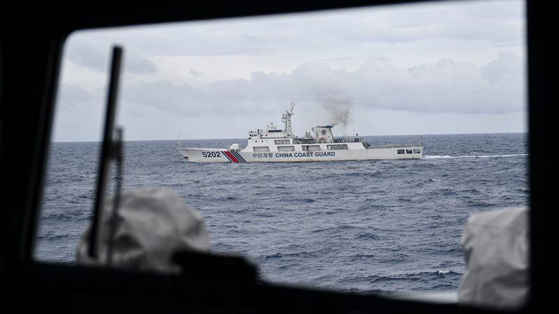 Kapal Coast Guard China-5202 membayangi KRI Usman Harun-359 saat melaksanakan patroli mendekati kapal nelayan pukat China yang melakukan penangkapan ikan di ZEE Indonesia Utara Pulau Natuna, Sabtu (11/1/2020). -  Antara / Risyal Hidayat