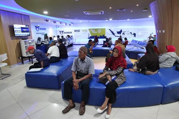 Aktivitas layanan nasabah di kantor PT Asuransi Sosial Angkatan Bersenjata Republik Indonesia (Asabri), di Jakarta. - Bisnis/Dedi Gunawan
