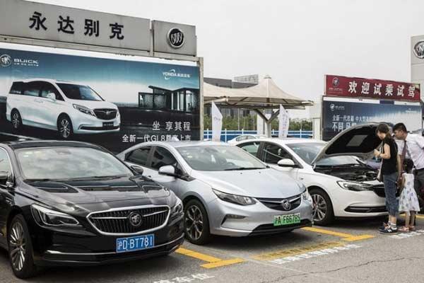Calon pembeli sedan memeriksa mobil di sebuah dealer di Shanghai, China. - Foto Blooomber