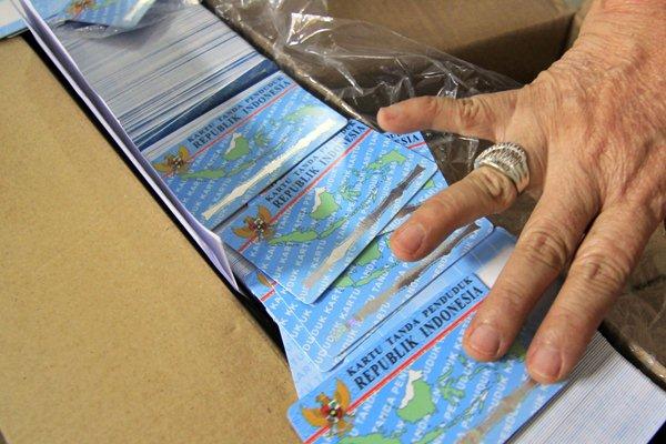 Petugas memerlihatkan blanko e-KTP yang diterima saat pendistribusian di Kantor Dinas Kependudukan dan Catatan Sipil Kota Bandar Lampung, Lampung, Rabu (12/4). - Antara/Ardiansyah
