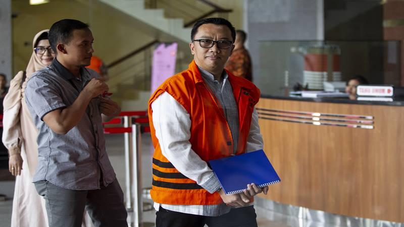 Mantan Menteri Pemuda dan Olahraga (Menpora) Imam Nahrawi (kanan) tiba untuk menjalani pemeriksaan di gedung KPK, Jakarta, Rabu (16/10/2019). - Antara