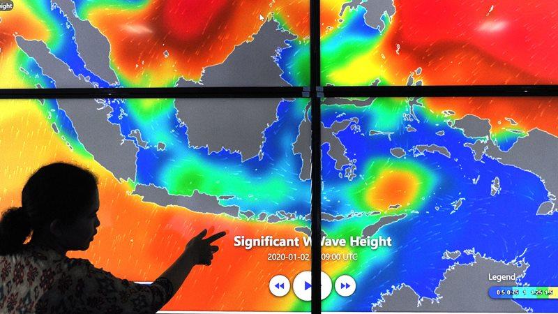 Petugas menunjukkan informasi Ocean Forecast System di Balai Besar Meteorologi Klimatologi dan Geofisika Wilayah 3 Denpasar, Bali, Kamis (2/1/2020). - ANTARA FOTO/Fikri Yusuf