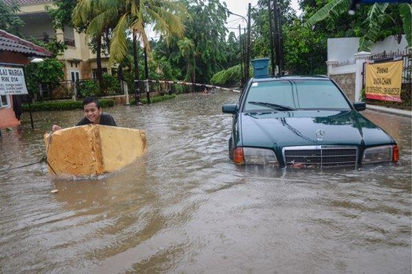 Sejumlah anak bermain saat banjir di Duren Sawit, Jakarta Timur, Rabu (1/1/2020). Menurut warga banjir mulai merendam areal sekitar perumahan pada pukul 04.00 WIB. - ANTARA FOTO/Fakhri Hermansyah