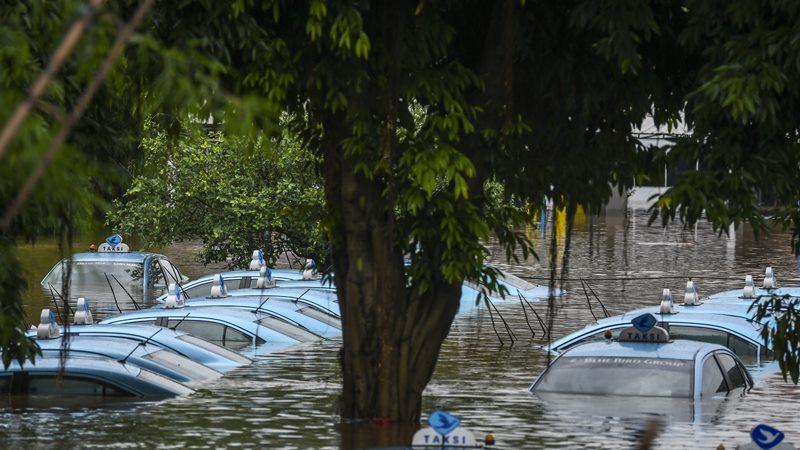 Suasana mobil taksi Blue Bird yang terendam di pool taksi Kramat Jati, Jalan Raya Pondok Gede, Jakarta, Rabu (1/1/2020). -  ANTARA / Galih Pradipta