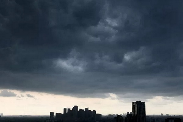 Awan gelap menyelimuti langit di salah satu kawasan di Jakarta, Rabu (11/12/2019).  - Antara