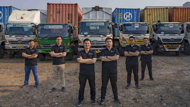 Co-Founder dan CEO Waresix Andree Susanto (ketiga dari kiri) dan Co-Founder Waresix Edwin (keempat dari kiri) berfoto bersama tim Waresix. - dok. East Ventures