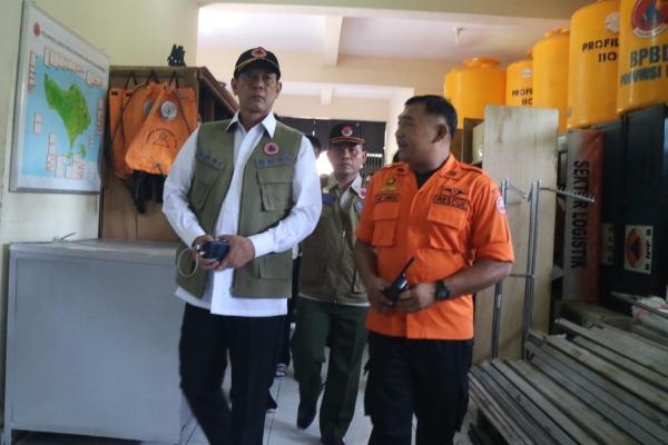 Kepala BNPB Doni Monardo (kiri) ditemani petugas BPBD saat melihat kelengkapan BPBD Bali di Gedung Logistik Kantor BPBD Bali, Senin (13/1/2020), siang. - Bisnis/Busrah Ardans