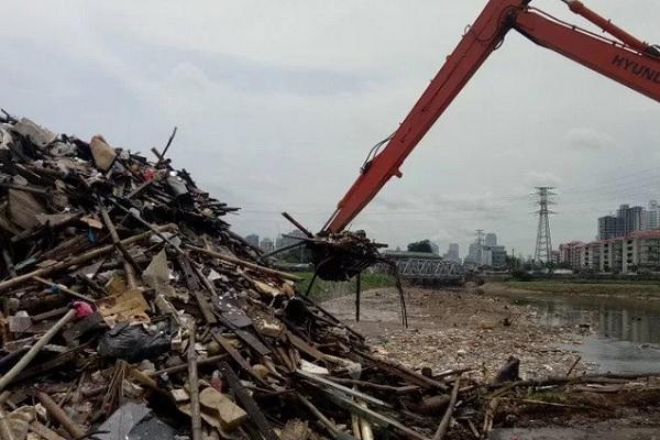 Sampah yang diambil dari aliran Kali Ciliwung di Pintu Air Karet, Selasa (14/1/2020). - Antara