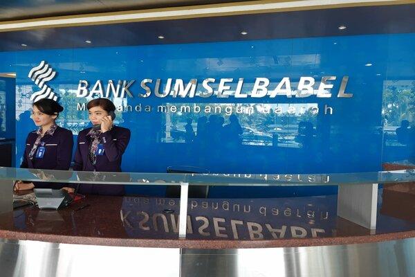 Pegawai Bank Sumsel Babel saat bertugas di kantor pusat Bank Sumsel Babel, Jakabaring, Palembang. - Bisnis/Dinda Wulandari