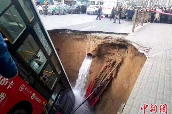 Bus kota di Xining, Provinsi Qinghai, China, terjerembab di Jalan Nandajie yang amblas pada Selasa (14/1/2020) pagi. - ANTARA/HO/ChinaNews