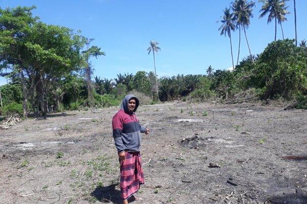 Salah seorang korban tsunami di Kelurahan Mamboro, Kota Palu, Sulteng memperlihatkan lahan pembangunan hunian tetap lewat skema relokasi secara mandiri di Kelurahan Mamboro, Selasa (14/1/2020). - Antara/Muhammad Hajiji