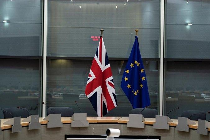 Bendera Inggris Raya dan Uni Eropa di markas Komisi Uni Eropa di Brussels, Belgia, 20 September 2019. - Reuters/ Kenzo Tribouillard