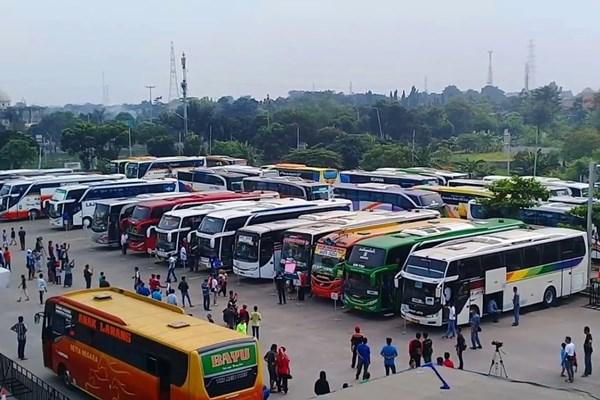 Ilustrasi - Bus di terminal Pulo Gebang, Jakarta. - Bisnis/youtube