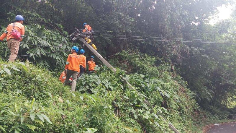 Petugas PLN sedang memperbaiki infrastruktur listrik di Bogor pasca mengalami banjir dan longsor. - Istimewa