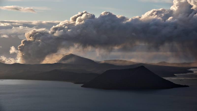 Gunung Api Taal memuntahkan abu saat meletus di Tagaytay City, Filipina, 14 Januari 2020. - Reuters