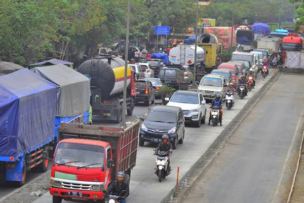 Sejumlah kendaraan roda dua dan roda empat terjebak kemacetan di Jalur Pantura Demak-Semarang di Sayung, Demak, Jawa Tengah - Antara