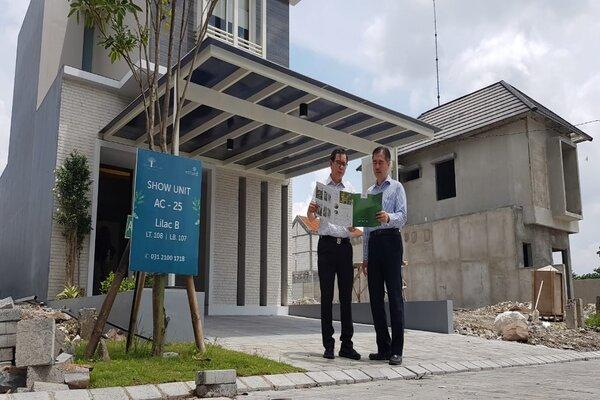 Direktur Marketing PT Intiland Development Tbk Harto Laksono (kanan) dan GM Marketing Intiland Edison Tan (kiri) saat memamerkan show unit klaster baru Acacia di kawasan perumahan Graha Natura Surabaya Barat, Selasa (14/1/2020). - Bisnis/Peni Widarti