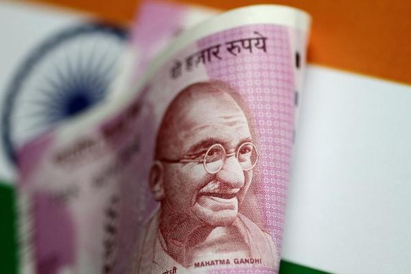 Profil Mahatma Gandhi terpampang dalam uang lembaran rupee India. - Reuters/Thomas White