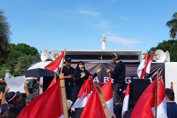 Politisi PDIP Dewi Tanjung berorasi di depan massa kontra kebijakan Gubernur DKI Jakarta Anies Baswedan soal Banjir Jakarta - Bisnis/Aziz R