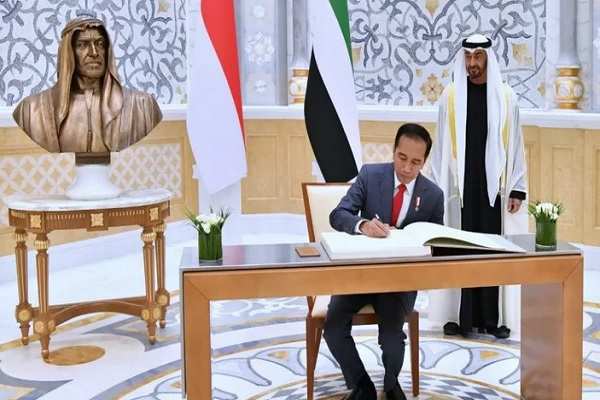 Putra Mahkota UEA Mohamed Bin Zayed mendampingi Presiden Jokowi saat akan menandatangani buku tamu kenegaraan di Istana Qasr Al Watan Abu Dhabi, Minggu (12/1/2020). - Antara