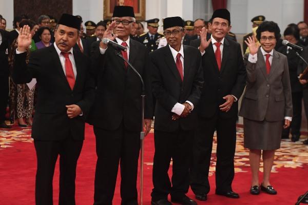 Dewan Pengawas KPK periode 2019-2023 (dari kiri) Syamsuddin Haris, Harjono, Artidjo Alkostar, Tumpak Hatorangan Panggabean dan Albertina Ho. - ANTARA/Akbar Nugroho Gumay