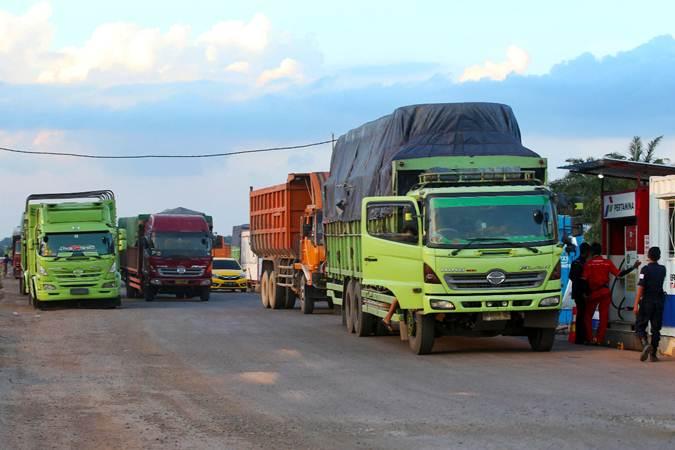 Sejumlah truk berada di rest area KM 116 jalan tol Bakauheni-Terbanggi Besar, Lampung, Sabtu (4/5/2019). - Bisnis/Abdullah Azzam