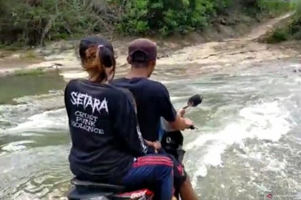 Ketika air sungai tidak terlalu deras warga dari tiga desa di Kecamatan Agrabinta, Cianjur, Jawa Barat, masih dapat melintas, meskipun jembatan bambu sepanjang 14 meter putus dihantam derasnya air Sungai Gonggang yang merupakan akses satu-satunya bagi warga di tiga desa, Neglasari, Bunisari dan Mulyasari. - Antara
