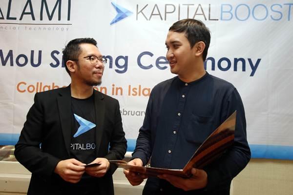CEO Alami Bembi Juniar (kanan) berbincang dengan CEO Kapital Boost Ronald Wijaya di sela-sela penandatangan kerja sama di Jakarta, Jumat (2/2). Kerja sama tersebut bertujuan menumbuhkan Fintech Syariah di Indonesia. - JIBI/Abdullah Azzam