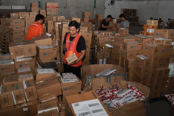 Pekerja melakukan penyortiran barang-barang pesanan pada momen belanja daring 11.11 digudang salah satu situs belanja online di Setu, Tangerang Selatan, Banten, Rabu (13/11/2019). - ANTARA FOTO/Muhammad Iqbal