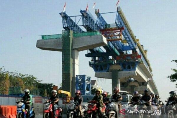 Pembangunan jalan tol layang A.P. Pettarani, Makassar, Sulawesi Selatan. - Antara/Arnas Padda