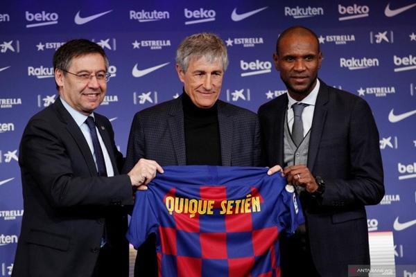 Pelatih Barcelona Quique Setien berpose bersama Presiden Klub Josep Maria Bartomeu dan Direktur Olahraga Eric Abidal saat diperkenalkan ke publik di Camp Nou, Barcelona, Selasa (14/1/2020)./ANTARA FOTO - REUTERS/Albert Gea