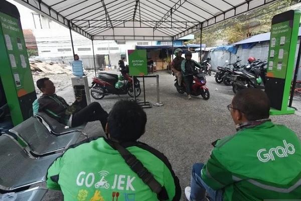 Sejumlah pengendara ojek daring menunggu orderan penumpang di shelter ojek daring di kawasan Stasiun Sudirman, Jakarta, Rabu (14/8/2019). - Antara