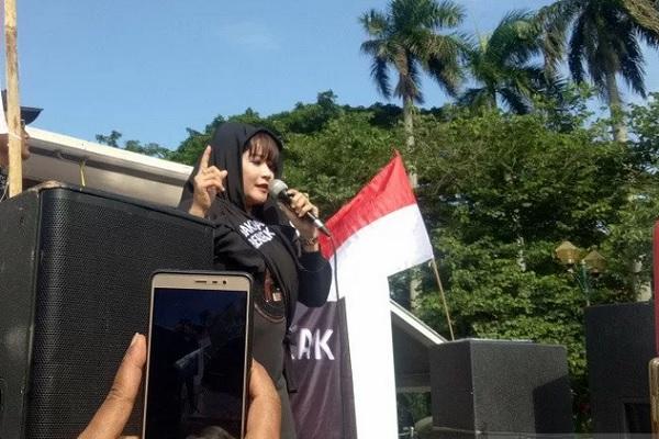 Dewi Tanjung berorasi dalam aksi Suara Rakyat Bersatu, Jakarta Bergerak di depan Patung Kuda Arjuna Wiwaha, Selasa (14/1/2020). - Antara