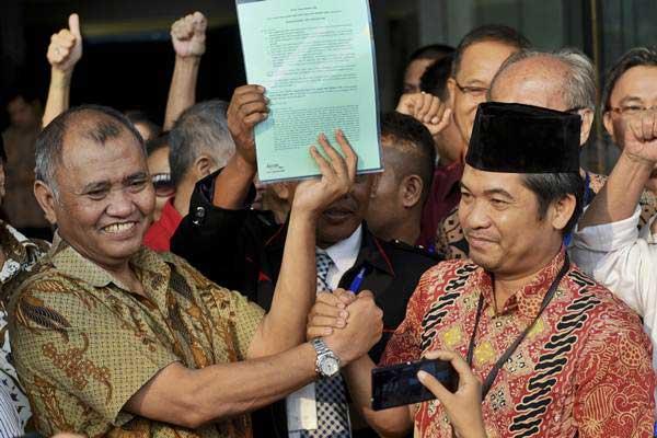Agus Rahardjo (kiri) berjabat tangan dengan perwakilan dari Koalisi Masyarakat Sipil Tolak Angket KPK (KOMAS TAK) Ray Rangkuti (kanan) setelah membacakan petisi tolak angket KPK di gedung KPK, Jakarta, Rabu (5/7). Kedatangan mereka untuk memberikan dukungan kepada KPK serta menyampaikan petisi untuk menolak hak angket DPR yang dinilai melemahkan KPK. - ANTARA/Hafidz Mubarak A