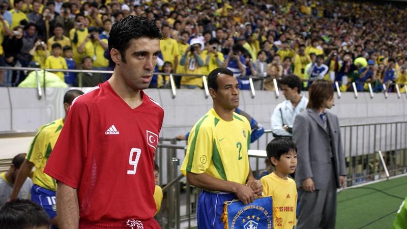 Hakan Sukur (kiri) dan pemain Brasil Cafu ketika keduanya berhadapan di Piala Dunia 2002. - Fifa.com