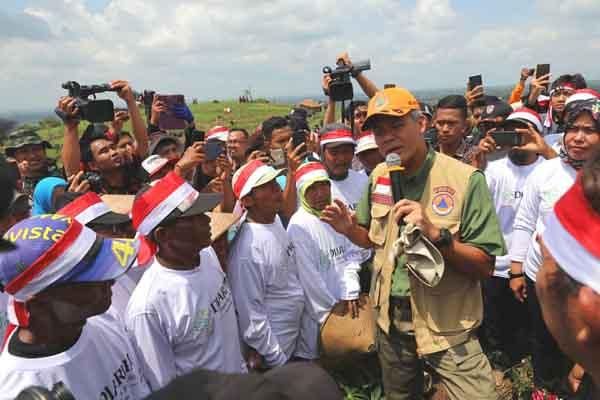 Gubernur Jawa Tengah Ganjar Pranowo saat menemui petani di Pegunungan Patiayam Kabupaten Kudus - Istimewa