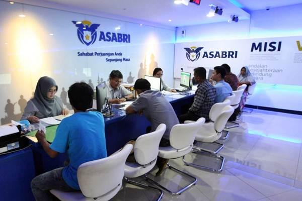 Aktivitas layanan nasabah di kantor PT Asuransi Sosial Angkatan Bersenjata Republik Indonesia (Asabri) di Jakarta - Bisnis/Dedi Gunawan