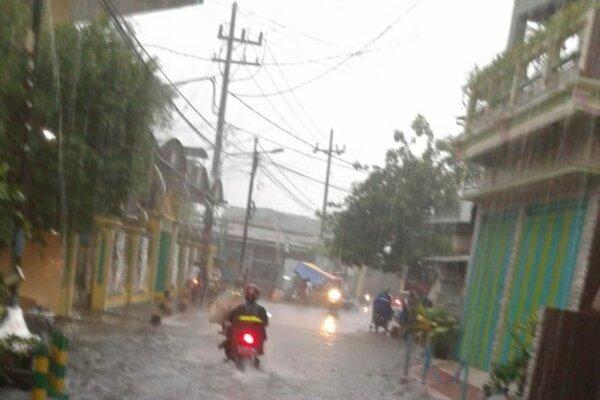 Kawasan Kendangsari, Kota Surabaya, Jawa Timur, terendam banjir setelah diguyur hujan deras pada Rabu (15/1/2019) sore. - Antara
