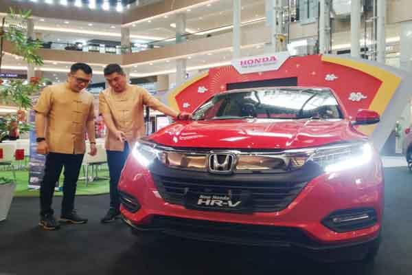 President Director Honda Surabaya Center (HSC), Ang Hoey Tiong (kanan) berbincang dengan Marketing and After Sales Service Director HSC, Wendy Miharja (kiri) saat Media Gathering dan pameran mobil Honda di Pakuwon Mall Surabaya, Rabu (15/1/2020) - Peni Widarti
