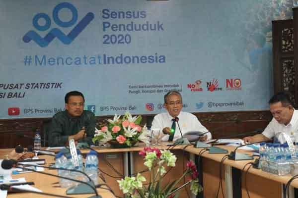Kepala BPS Adi Nugroho (kanan) bersama Sekda Provinsi Bali Dewa Made Indra (kiri) tengah menjelaskan profil kemiskinan di Bali dalam konferensi pers Persentase Penduduk Miskin, di Kantor BPS Bali, Rabu (15/1/2020) - Busrah Ardans