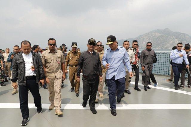Menkopolhukan Mahfud MD bersama Menteri Kelautan dan Perikanan Edhy Prabowo saat berada di Natuna, Rabu (15/1/2020). - Dok. KKP