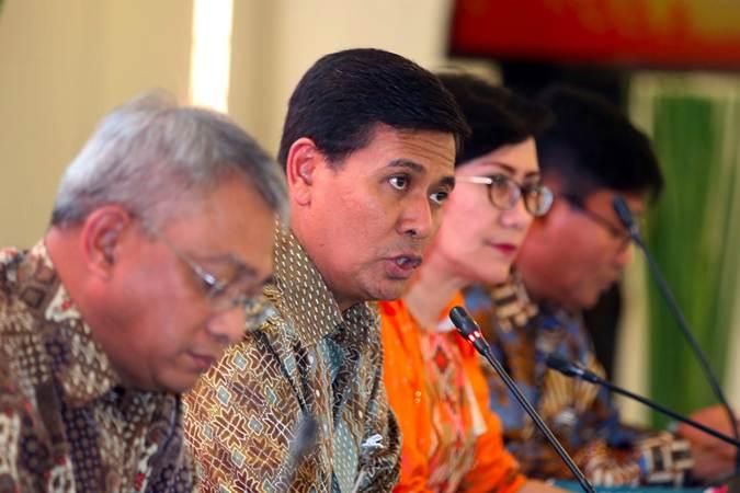 Direktur Bisnis Konsumer PT Bank Negara Indonesia Tbk. Anggoro Eko Cahyo (kedua kiri) memberikan penjelasan saat paparan kinerja Bank BNI Semester I/2019, di Jakarta, Selasa (23/7/2019). - Bisnis/Abdullah Azzam