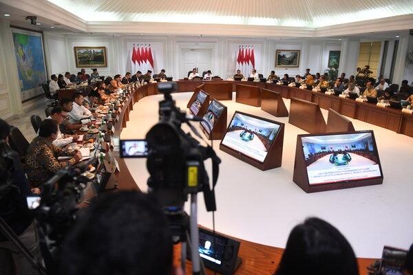 Suasana rapat terbatas yang dipimpin oleh Presiden Joko Widodo di Kantor Presiden, Jakarta, Rabu (15/1/2020). Ratas itu membahas perkembangan penyusunan Omnibus Law Cipta Lapangan Kerja dan Perpajakan serta persiapan pemindahan ibu kota. - Antara/Akbar Nugroho Gumay