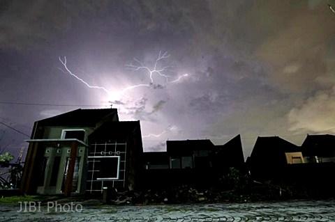 Petir menyambar dari atas sebuah permukiman. - Ilustrasi/JIBI Photo