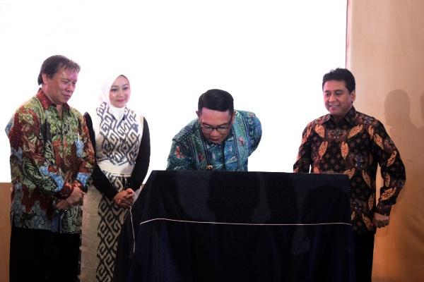 (Kiri ke kanan) Ketua BPD PHRI Jabar Herman Muchtar, Ketua Dekranasda Jabar Atalia Praratya, Gubernur Jabar Ridwan Kamil, dan Ketua Umum PHRI Hariyadi Sukamdani. - Istimewa