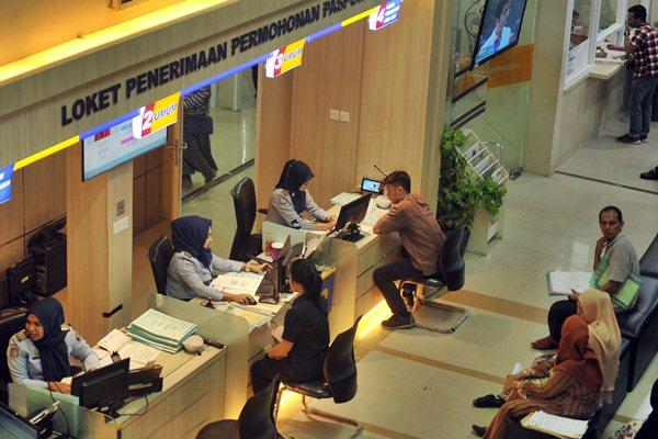 Warga antre untuk mengurus paspor di kantor Imigrasi Padang, Sumatra Barat, Senin (20/3). - Antara/Iggoy el Fitra