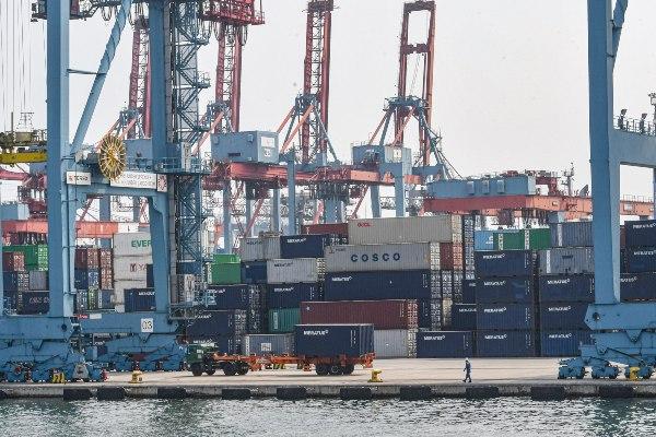 Pekerja melakukan aktivitas bongkar muat di Pelabuhan Bongkar Muat Tanjung Priok milik Pelindo II, Jakarta. - ANTARA