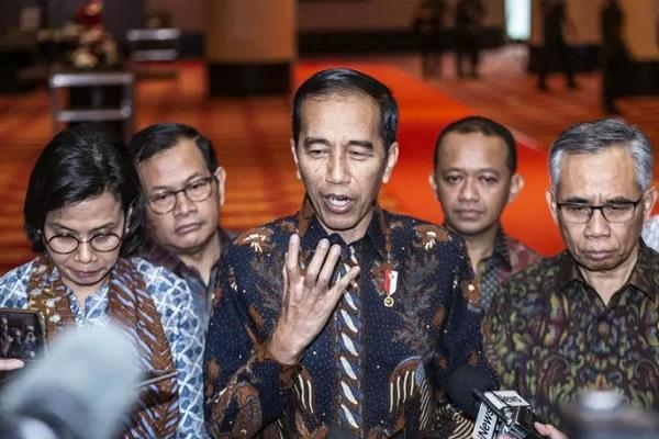 Presiden Joko Widodo (tengah), Ketua Dewan Komisioner (DK) Otoritas Jasa Keuangan (OJK) Wimboh Santoso (kanan), Menteri Keuangan Sri Mulyani Indrawati (kiri), Seskab Pramono Anung (kedua kiri), dan Kepala Badan Koordinasi Penanaman Modal (BKPM) Bahlil Lahadalia (kedua kanan) memberikan keterangan pers saat menghadiri Pertemuan Tahunan Industri Jasa Keuangan Tahun 2020 di Jakarta, Kamis (16/1/2020). - Antara