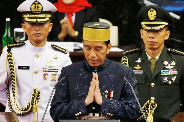 Presiden Joko Widodo memberi salam di Kompleks Parlemen, Senayan. - Reuters/Beawiharta